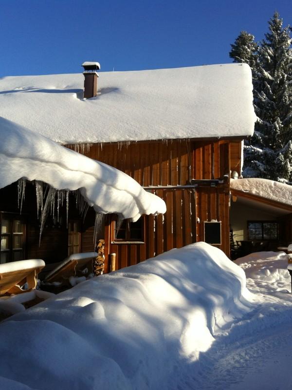 Schneebedecktes Almbad Huberspitz in der Wintersonne - ideales Schlittenwetter