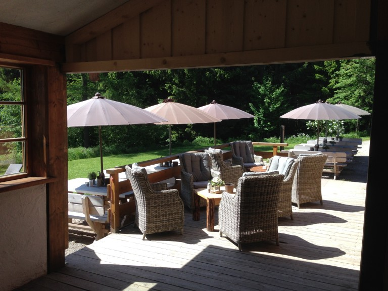 Sommerterrasse des Almbad Huberspitz - der ideale Ort für deftige Brotzeiten und saisonal frisch zubereitete Tagesgerichte, Suppen und Brotaufstriche