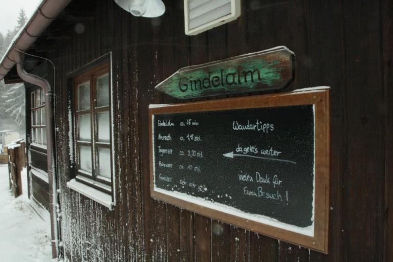 Wegweiser und Tafel mit Distanzen für unsere Tagesgäste, Biker und Wanderer im Almbad Huberspitz