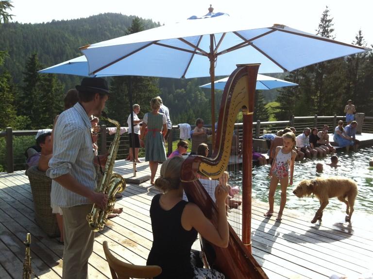 Feier mit Harfe und Saxophon am Almbad Sillberghaus