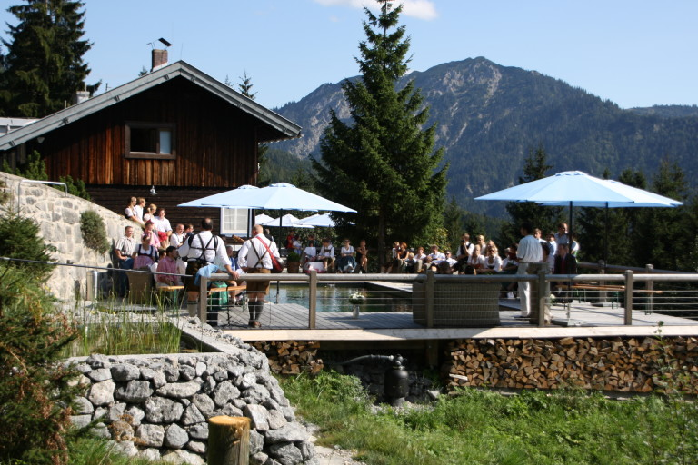 Hochzeitsgesellschaft in Tracht am Naturschwimmbad des Sillberghaus