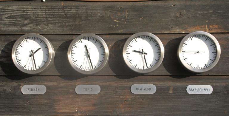 Vier Uhren am Eingang des Almbad Sillberghaus, die Uhr für Sillberghaus hat keine Zeiger - Entschleunigung Pur