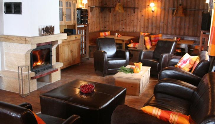 Kaminstube im Almbad Sillberghaus mit Ledersessel und Kamin