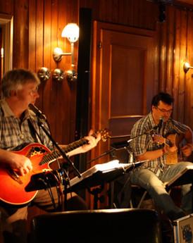 Gitarrenspieler als Livemusik im Kaminzimmer