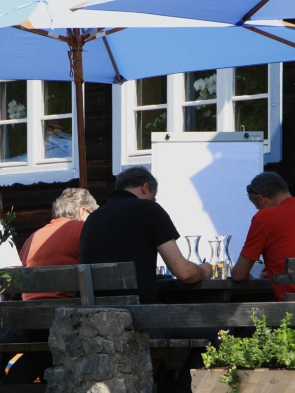 Genug Platz für Gruppenarbeit auf der Sonnen-Terrasse des Almbad Sillberghaus (Foto: almbad.de)
