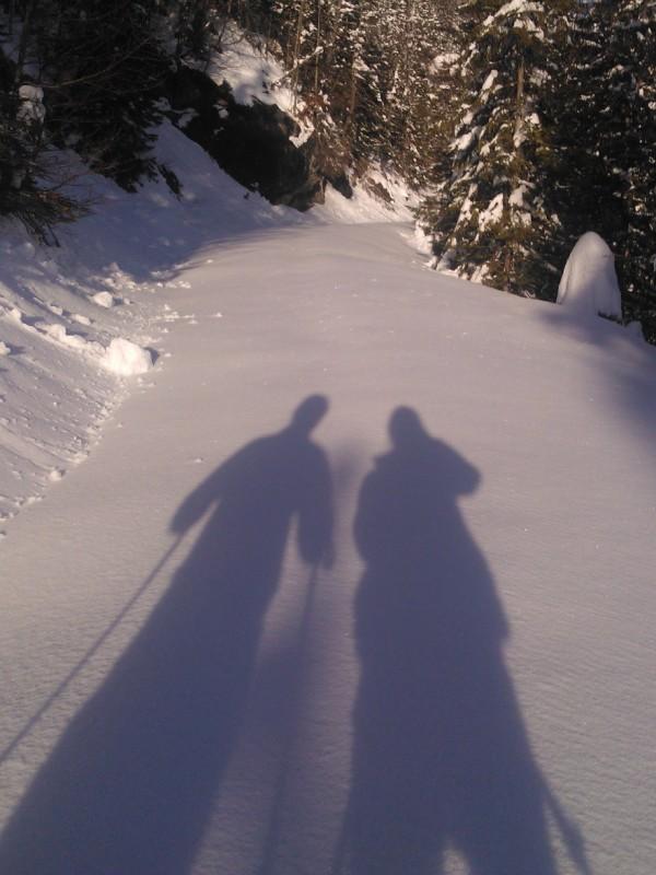 Schattenbild von Schneeschuhwanderern auf unberührtem Schneeweg zum Almbad Sillberghaus