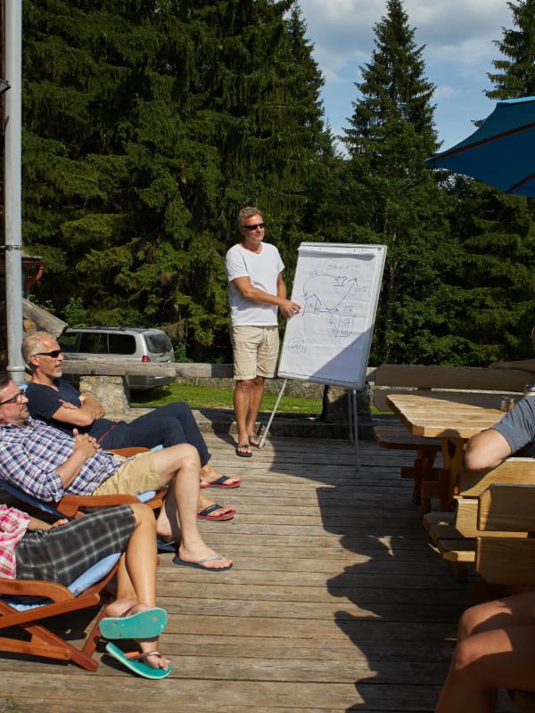 Entspannte Tagung auf der Terrasse des Almbad Sillberghaus (Foto: almbad.de)