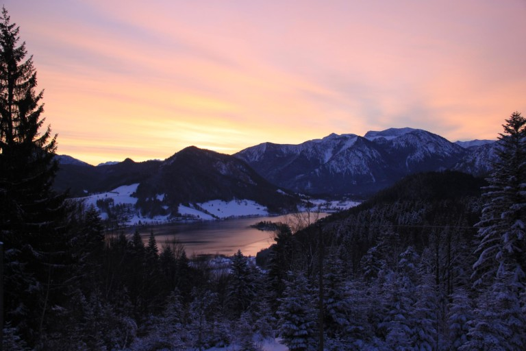 Alm-Romantik: Bergpanorama im Abendrot am Almbad Huberspitz