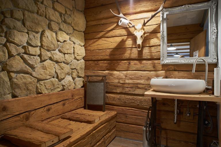 authentisch und stylisch renoviertes WC des Dorfbad Tannermühl mit viel Holz und Stein gearbeitet