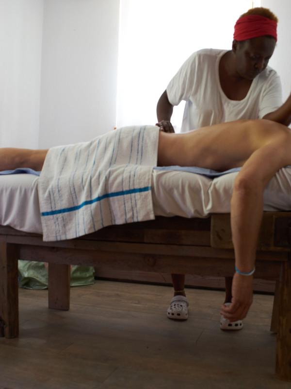 Verschiedenste Wohlfühl-Massagen auf einer alten Werkbank im Dorfbad Tannermühl