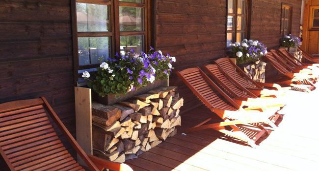 Liegestühle mit Blumendeko am Almbad Huberspitz