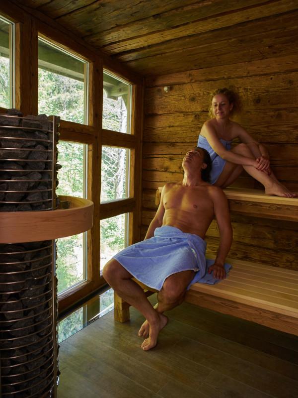 Erholung in der Altholz-Stadl-Sauna mit Blick auf den Bach des Dorfbad Tannermühl