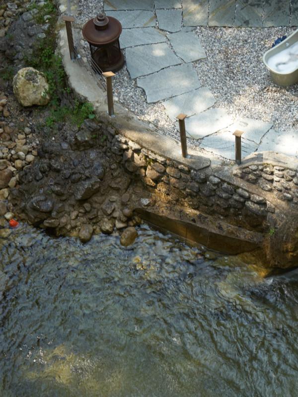 Exklusives Wannenbad mit Blick zum 8 Meter hohen Wasserfall im Dorfbad Tannermühl