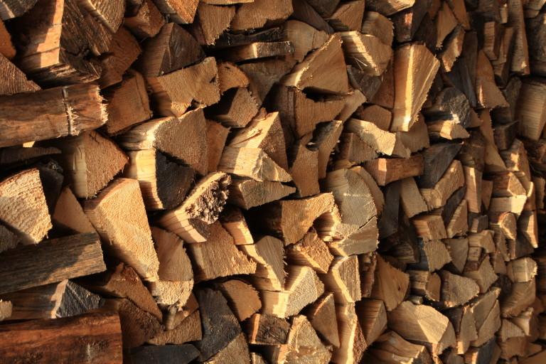 Holzstapel: Feuerholz für kalte Winterabende am Almbad Huberspitz