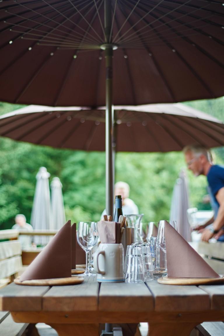 Gedeckter Tisch im Almbad Huberspitz - bereit für deftige Brotzeiten