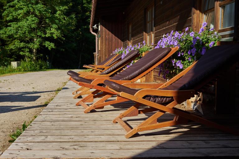 Liegestühle auf der sonnigen Terrasse vorm Almbad Huberspitz