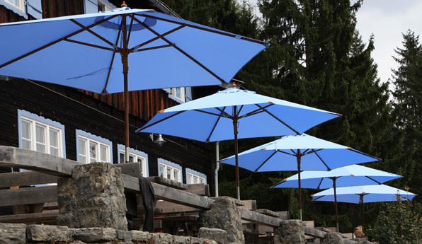 Die hellblauen Sonnenschirme am Almbad Sillberghaus