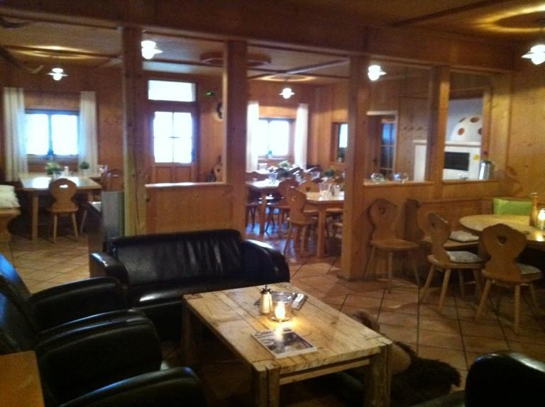 Lounge und Gaststube des Almbad Huberspitz