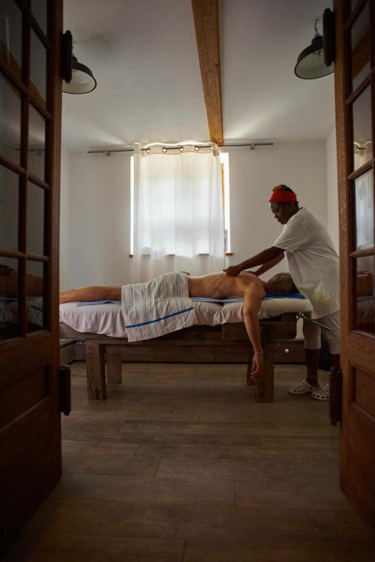 Tagesgast genießt Massage auf der alten Werkbank des Dorfbad Tannermühl