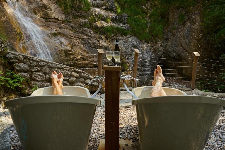 Füße hochlegen in den Badewannen im einzigartig energetischen Umfeld des Dorfbad Tannermühl