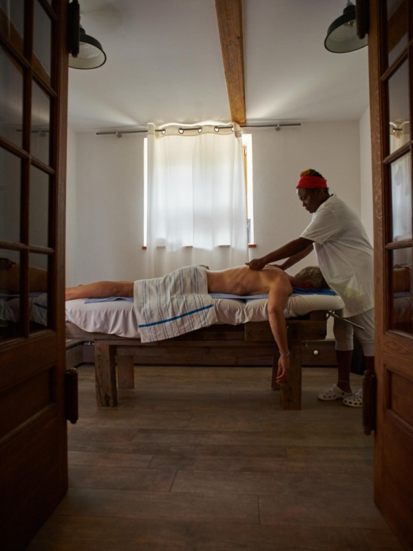 Day-SPA: Wohlfühl-Massage auf einer alten Werkbank im Dorfbad Tannermühl (Foto: almbad.de)
