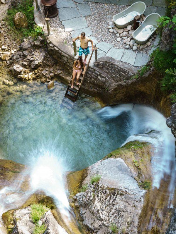 Paar-Badetag im Dorfbad - im Gumpen Tauchbecken am Wasserfall