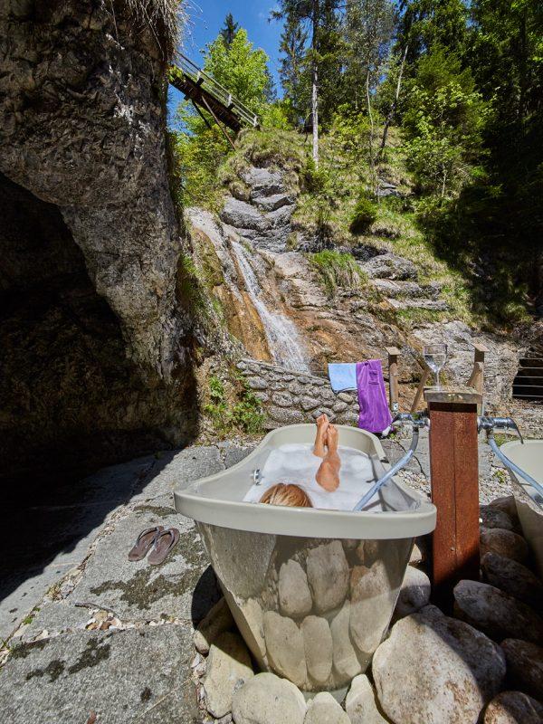 Badetag im Dorfbad: Erholung im Außen-Wannenbad mit Blick auf den 8 Meter hohen Wasserfall des Dorfbad Tannermühl