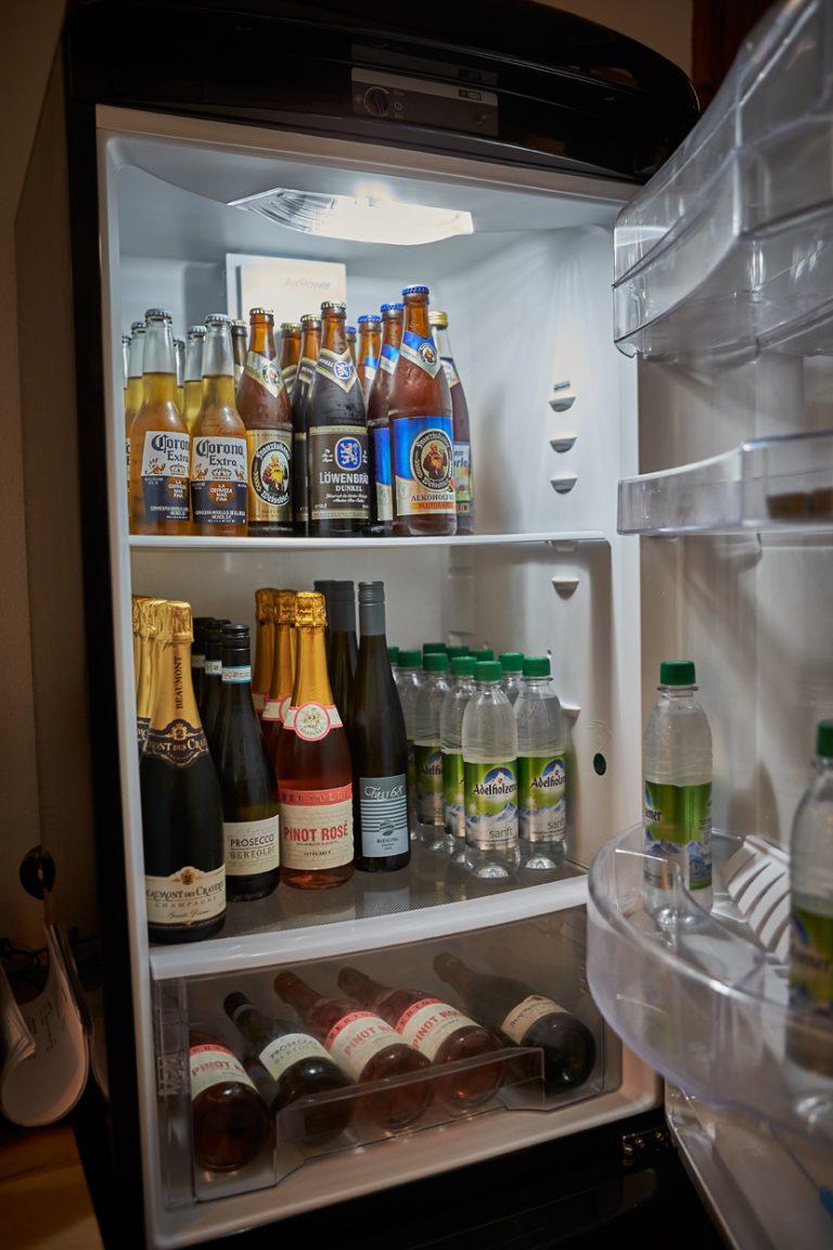 großer Kühlschrank mit Softdrinks, alkoholfreien Getränken und Sekt, Champagner