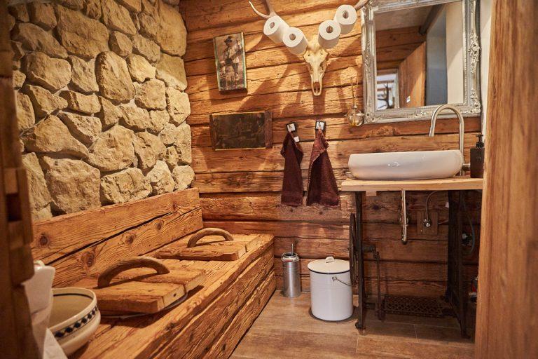 authentisch mit Stein und Holz renoviertes WC des Dorfbad Tannermühl