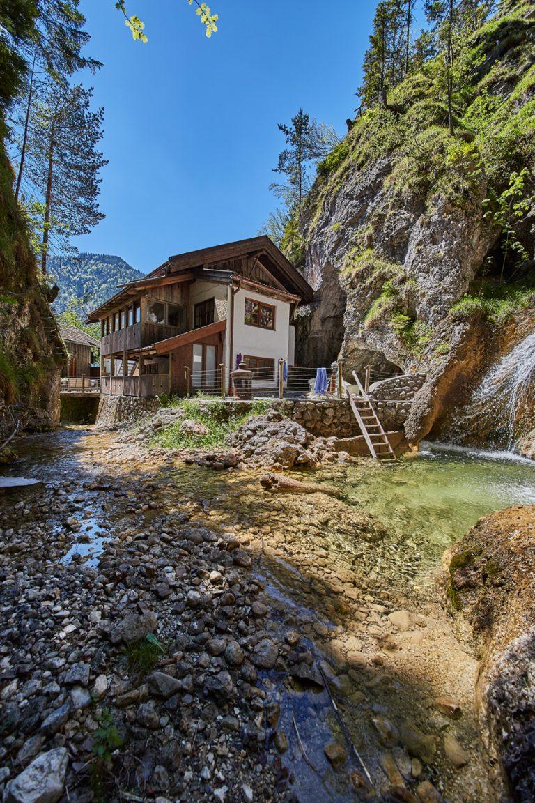 Das Dorfbad Tannermühl mit Gumpen Tauchbecken am Wasserfall