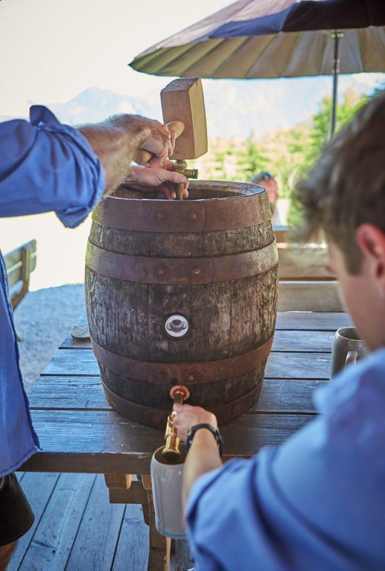 Das erste Bier wird ausgeschenkt, das Holzfass ist bereit!