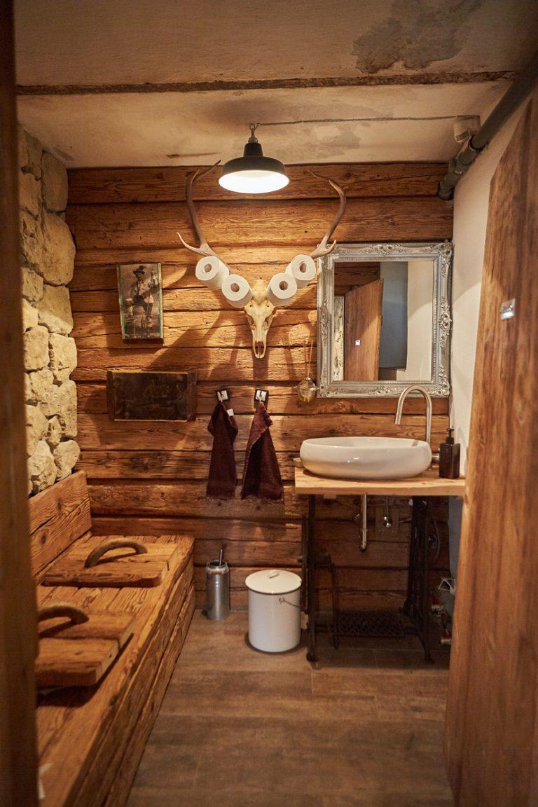 Das Style-WC des Dorfbad Tannermühl im Stile eines alten Bauernbades