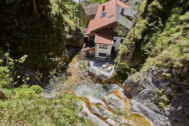 Vogelperspektive zum Dorfbad Tannermühl im Sommer, mit Wasserfall, Wannen und der Gumpe