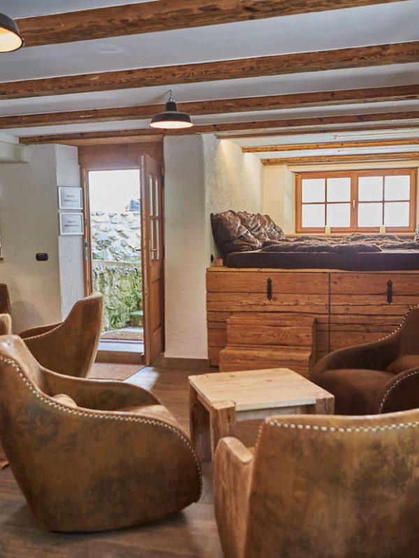 Gemütliche Ledersessel der Kaminstube als besonders schöner Ruheraum mit Feuerstelle oder Raum für Kamingespräche im Dorfbad Tannermühl