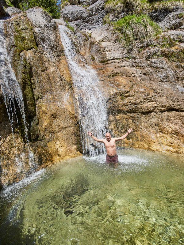 Ein exklusiver Badetag: jubelnder Badegast vorm Wasserfall im Gumpen-Tauchbecken des Dorfbad Tannermühl
