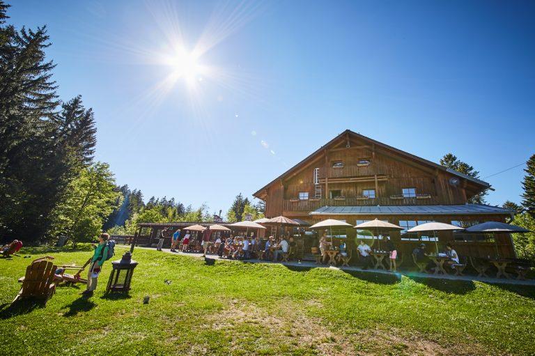 Blick zum Almbad Huberspitz, mit blauem Himmel und strahlender Sonne