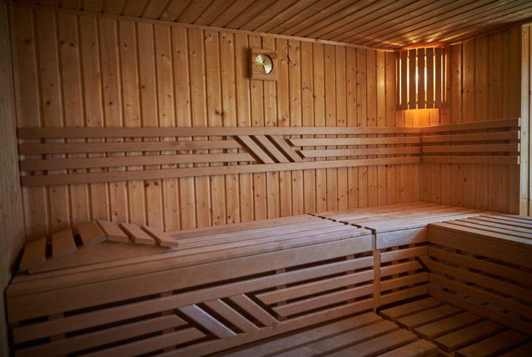 Blick in die holzvertäfelte Sauna