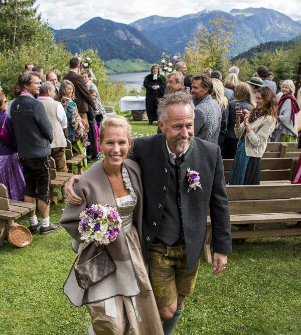 Glückliches Traupaar nach der freien Trauzeremonie auf der Almwiese des Almbad Huberspitz, Richtung Tegernsee in Hausham