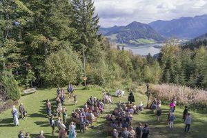 Kirchliche Trauung im Freien mit Blick auf die Berge (Foto: almbad.de)