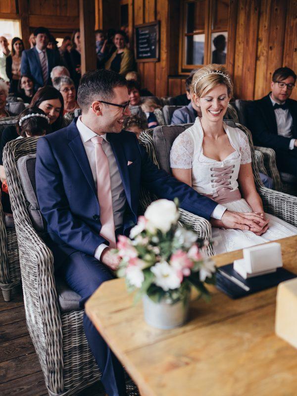 Brautpaar am Trautisch des Berg-Standesamt Almbad Huberspitz zur standesamtlichen Trauung