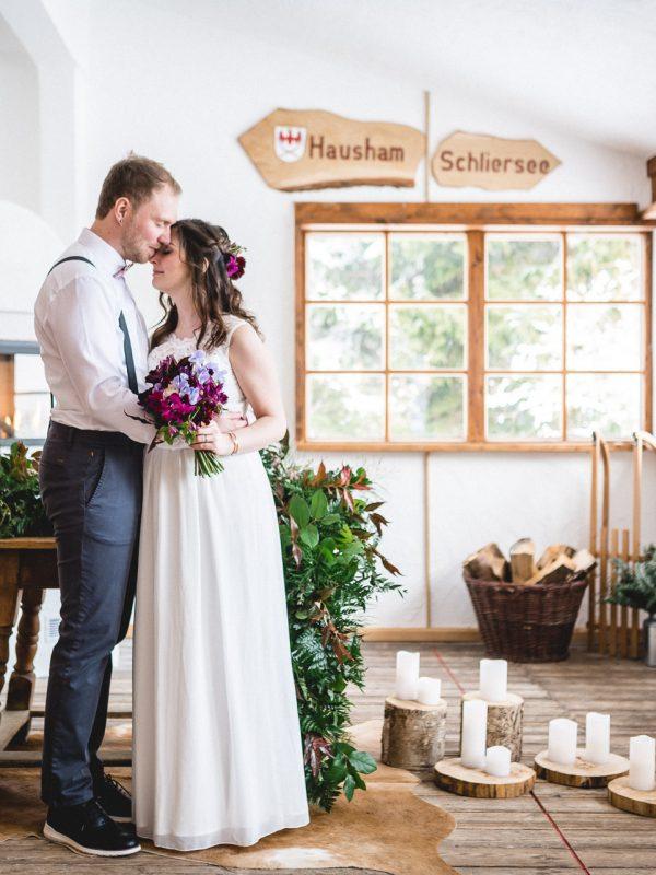Brautpaar im mit Kerzen dekorierten Trausaal-Wintergarten des Berg-Standesamt Almbad Huberspitz