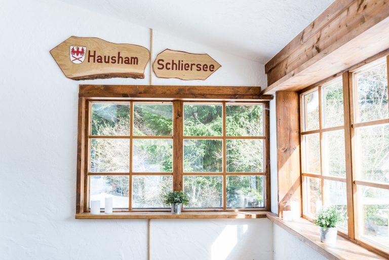Durch den Trausaal des Almbad Huberspitz verläuft die Gemeindegrenze zwischen Hausham und Schliersee - einmalig für ein Standesamt in Bayern
