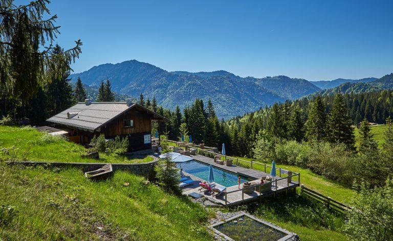 Das Almbad Sillberghaus mit Naturpool im Almgebiet vor Bergpanorama