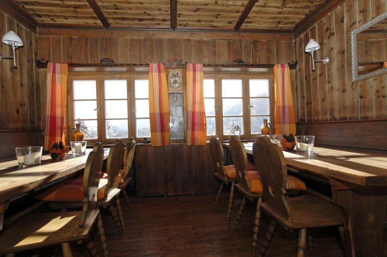 Helle Gaststube im Almbad Sillberghaus mit Blick ins Ursprungtal