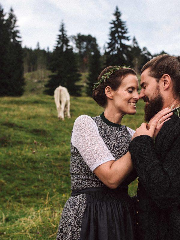 Glückliches Brautpaar auf der Almwiese vorm Almbad Sillberghaus