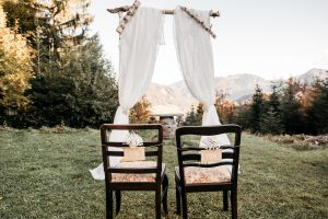 Traubogen für eine Hochzeit auf der Alm (Foto: Tom&Jezz Fotografie)