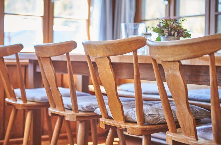 Detailansicht Gaststube mit Holzstühlen am Tisch