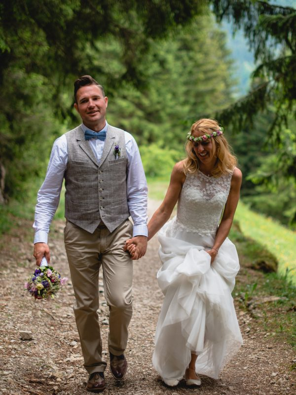 Brautpaar auf dem Weg durch den Wald zum Almbad Sillberghaus