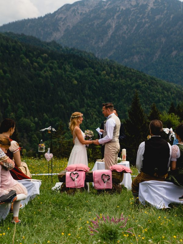 Freie Trauzeremonie auf der Almwiese vorm Almbad Sillberghaus