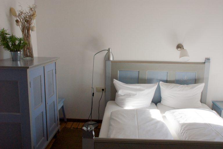 Almsuite mit Doppelbett im Almbad Sillberghaus (Foto: almbad.de)